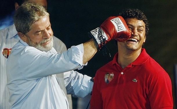 O boxeador Popó jamais venceu uma luta importante após presentear o petista com seu par de luvas.
