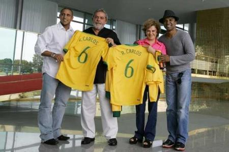 Antes de partir para a última Copa do Mundo, Roberto Carlos foi o único jogador a visitar Lula, levando para ele uma camisa da Seleção autografada pelos craques. O lateral-esquerdo ajeitava o meião quando Thierry Henry, nas suas costas, fez o gol francês que tirou o Brasil da final.
