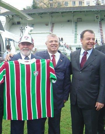 Após uma campanha espetacular na Copa Libertadores da América, o time do Fluminense recebeu a visita de Lula, antes da final com a LDU. O petista até posou para fotos exibindo a camisa do time. No jogo, em pleno Maracanã, o Flu perdeu três pênaltis e o titulo.