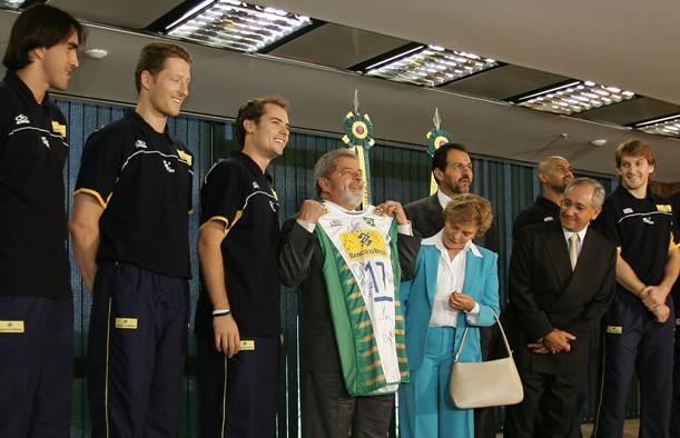 Há algumas semanas, a antes imbativel seleção masculina de vôlei esteve com o petista. Perdeu os dois jogos seguintes diante da torcida brasileira, e o titulo da Liga Mundial.