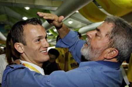 Lula, a caminho de Pequim, levando a sua 'bênção' para o maior favorito brasileiro nos Jogos Olimpicos, Diego Hypólito. Deu no que deu...